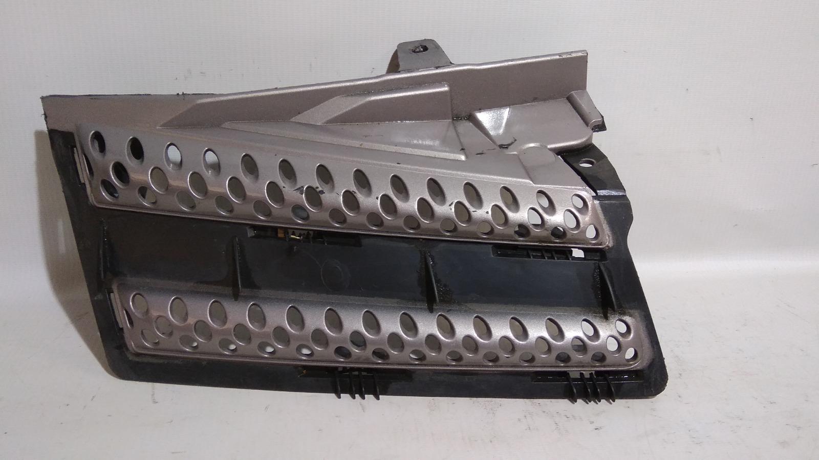 Решетка радиатора Nissan Note E11 HR15DE 2005 правая