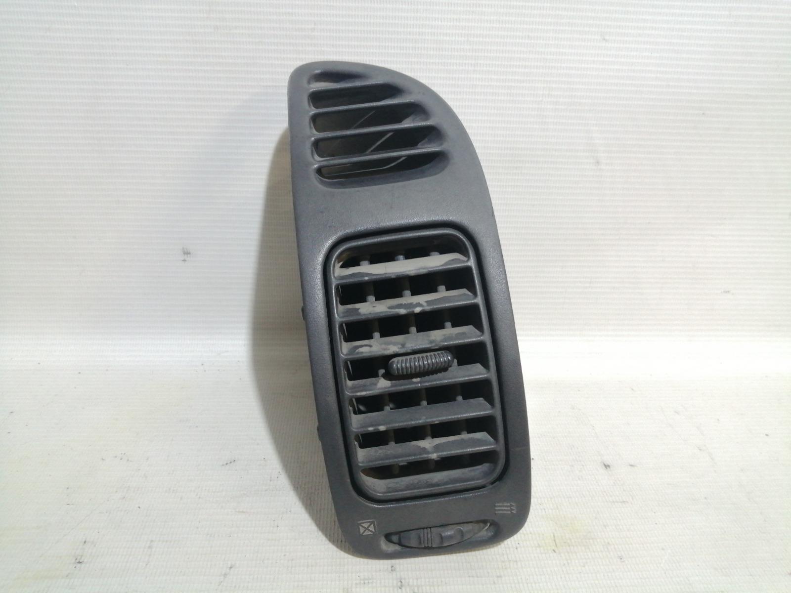 Решетка вентиляционная Mitsubishi Mirage CM2A 4G15 2000 передняя правая