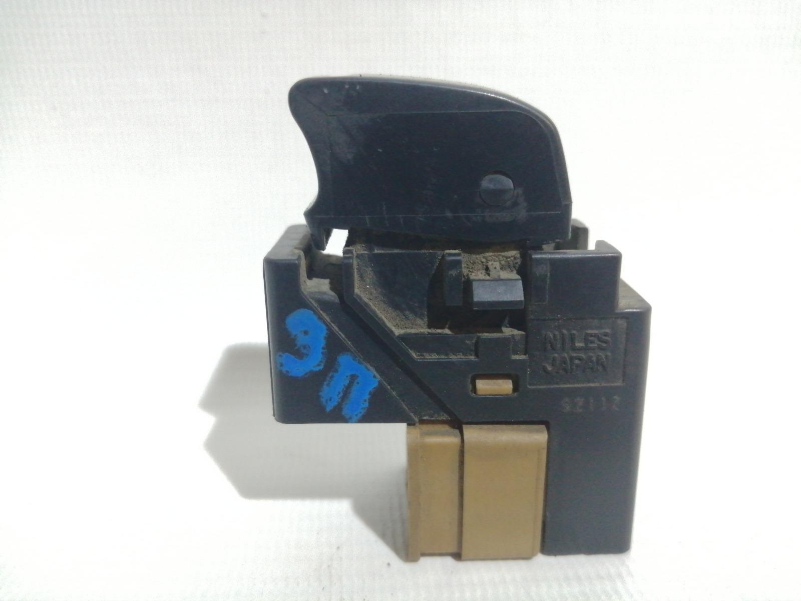 Кнопка стеклоподъемника Nissan Cefiro A33 VQ20DE 1999 задняя правая