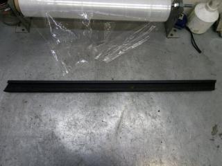 Запчасть накладка стекла передняя правая Skoda Yeti